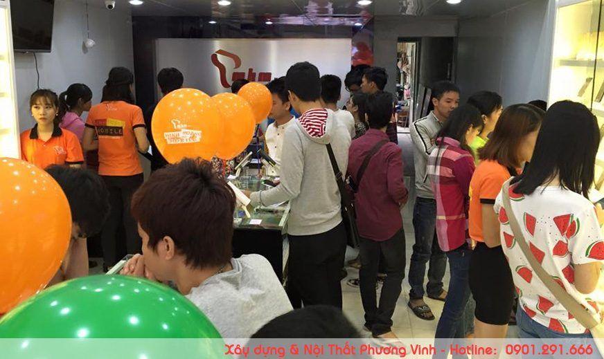 thiet-ke-showroom-dien-thoai-dep-duoc-nhieu-khach-hang-ua-thich Rất đông bạn trẻ bị thu hút bởi sự bắt mắt của shop