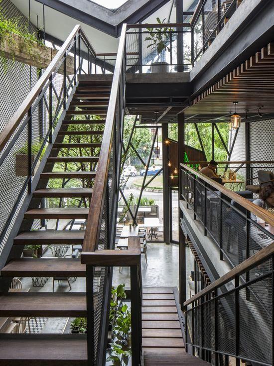 Thiết kế cầu thang quán cafe sân vườn