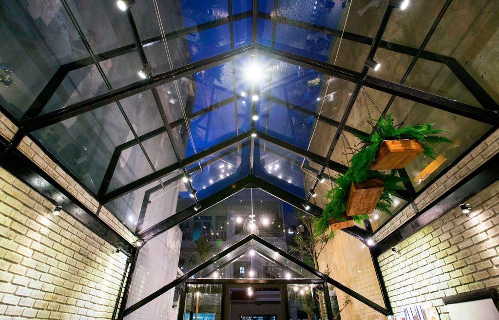 Thiết kế mái quán cafe bằng kính cường lực và khung sắt có thể di chuyển