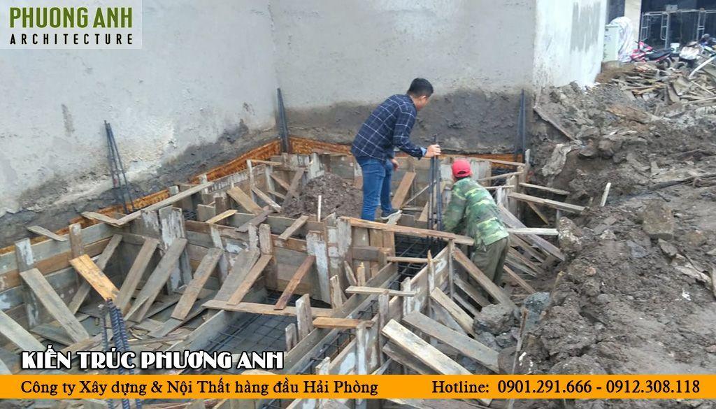 Kiến trúc sư giám sát thi công liên tục đảm bảo tiến độ và chất lượng ngôi nhà