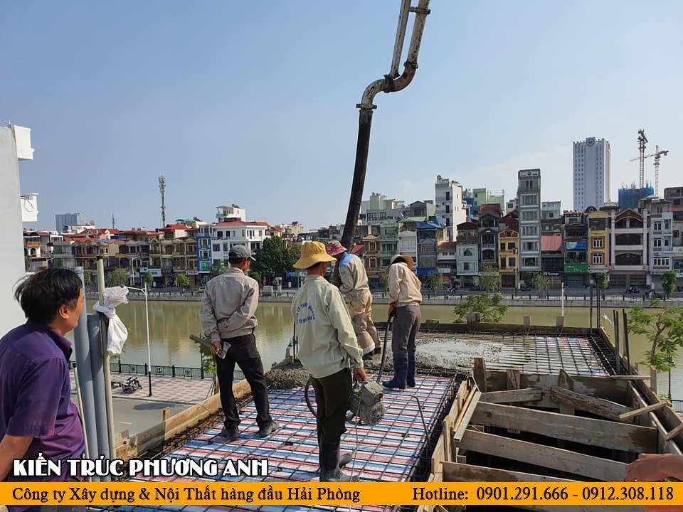 Kiến trúc sư giám sát chặt chẽ quá trình đổ mái